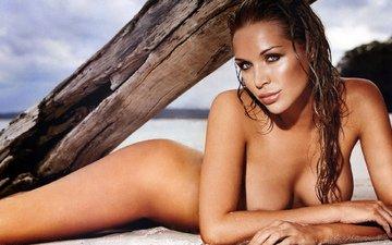дерево, девушка, море, песок, пляж, попа, грудь, отдых, ствол, тело, бревно, обнаженная, голая, красивая
