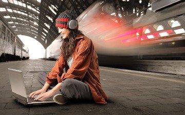 девушка, наушники, сидит, метро, ноутбук