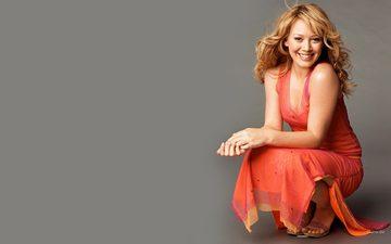 блондинка, улыбка, актриса, певица, красное платье, хилари дафф, сидит о