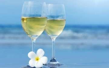 море, бокалы, белое вино