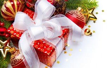 ветка, шары, украшения, подарки, красные, шарики, игрушки, белые, подарок, рождество, елочные игрушки, коробка, ленты, блестки, елочные, бант, упаковка, новогодние игрушки, батник, новый город, новогодний шар
