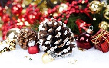 снег, новый год, елка, украшения, красные, шарики, игрушки, шишка, рождество, шишки, золотые