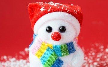 новый год, зима, игрушка, снеговик, красный фон, колпак, шарфик, сувенир, искусственный снег