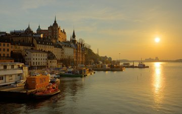 небо, вода, река, восход, солнце, отражение, туман, дорожка, лодка, дома, набережная, башни, швеция, шпили, золотой, стокгольм, hannes r