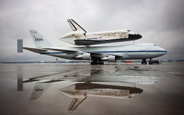 the plane, shuttle, discovery, nasa