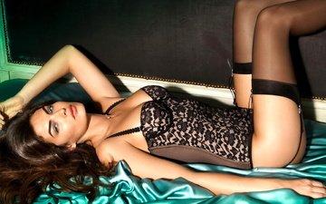 девушка, брюнетка, взгляд, лежит, модель, чулки, волосы, лицо, кровать, алисса миллер