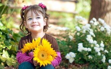 цветы, природа, листья, фон, улыбка, взгляд, дети, радость, девочка, ромашки, лицо, подсолнухи, цветочки
