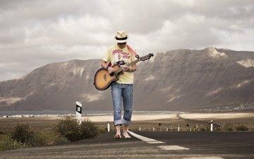 дорога, гитара, музыка, парень, мужчина, гитарист