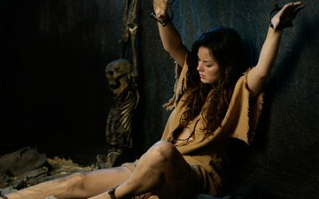 девушка, тюрьма, камера, кости, останки, скелет, цепи, шатенка, наказание, кандалы, гиря