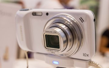 samsung galaxy s4 zoom на стенде