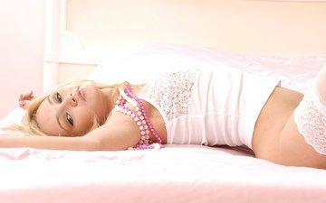 девушка, блондинка, взгляд, лежит, чулки, бусы, кровать, обнаженная, красивая, симпатичная, сексуальная