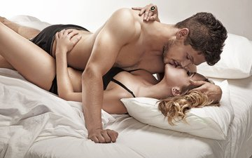 девушка, блондинка, парень, объятие, постель, шатен