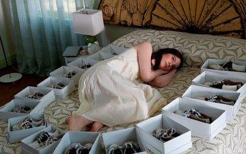девушка, комната, обувь, постель