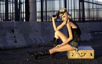 девушка, пистолет, чемодан