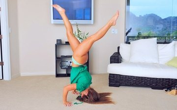 девушка, телевизор, поза, блондинка, попа, комната, ножки, волосы, окно, диван, жопа, блонд, bum, без задних ног, волос