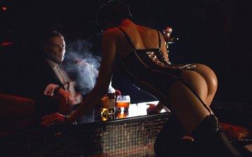 сексуальная стриптизерша у барной стойки, шикарная попка