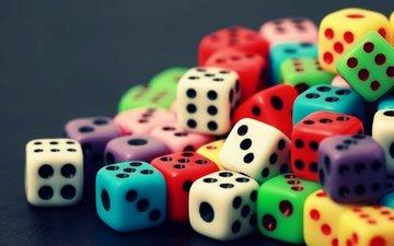 разноцветные, кубики, кости, игральные кости, на фото нам показано разнообразие цветов игро, настольная игра