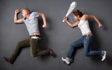 парень убегает от девушки с битой, лежа на ровной поверхности, девушка и парень лежа на асфальте