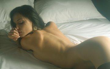 брюнетка, обнаженная, в постели