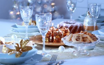 свечи, новый год, елка, зима, еда, стол, праздники, тарелки, бокалы, рождество, печенье, выпечка, кулич, кекс, встреча нового года, праздничный, елочная