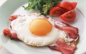 и, яичница, с беконом, помидорами, зеленью.