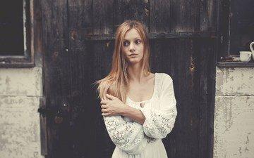 девушка, в белом, стоит, фоне, платье. старый, сельский, дом. на его, в платье, из белого, кружева.