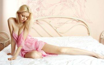девушка, блондинка, модель, кровать, секси, белье, смущение