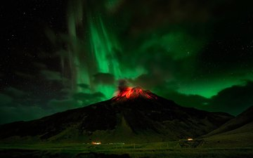 небо, вечер, горы, природа, звезды, фантастика, северное сияние, вулкан, исландия, извержение вулкана