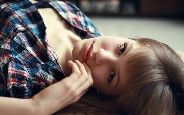 глаза, рука, девушка, взгляд, лежит, волосы, губы, лицо, клетка, рубашка