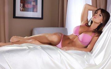 девушка, лежит, трусики, красавица, ноги, лифчик, бюст, шатенка, в розовом