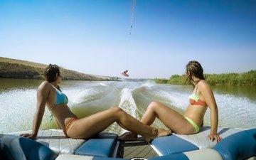 река, девушки, купальник, катер