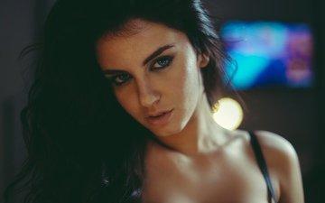 девушка, брюнетка, взгляд, блики, красавица, плечи, лицо, симпатичная, боке, прелесть, шикарная, голубоглазая, aurela skandaj, сексапильная, it was 3 pm, дэвид olkarny