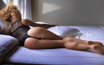 девушка, тату, кровать