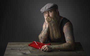 взгляд, очки, татуировки, мужчина, кепка, спицы, борода, нитки, вязание
