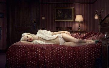 блондинка, кровать, чемодан