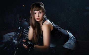 свет, девушка, поза, взгляд, мотоцикл, шатенка, студия, : девушка