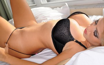 блондинка, грудь, кровать, черное белье, valeria orsini