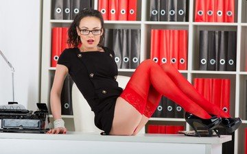 брюнетка, взгляд, очки, стол, модель, чулки, офис, кети, попка, секретарша