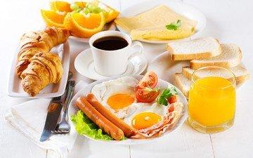 апельсины, кофе, сыр, завтрак, помидоры, сок, сосиски, круассаны, яичница, тосты, бекон