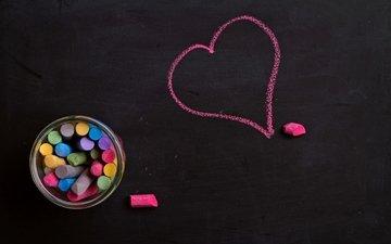 доска, сердечко, разноцветные, сердце, любовь, черный фон, мелки, мел, борт, влюбленная, chalk, сердечка, я люблю тебя
