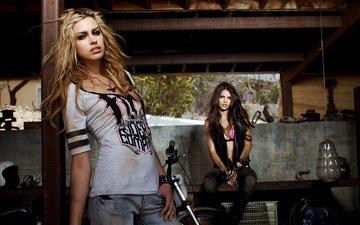 девушки, джинсы, гараж, эмили ратаковски, никола пелц, мотоциклет