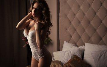 глаза, девушка, подушки, поза, взгляд, модель, грудь, волосы, губы, кровать, шатенка, боди