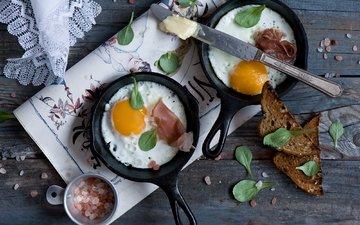 хлеб, яйца, нож, яичница, тосты, бекон, сковородки