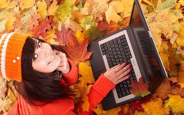 листья, девушка, улыбка, осень, лицо, ноутбук