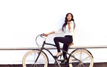 девушка, взгляд, каблуки, макияж, туфли, помада, велосипед, блузка, жест, брюки