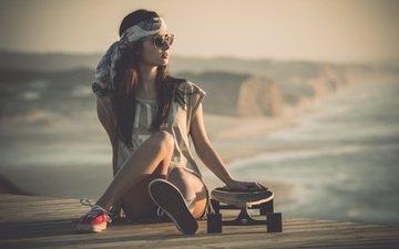 девушка, взгляд, кеды, модель, сидит, ножки, шорты, солнечные очки, скейтборд