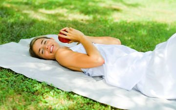 трава, девушка, настроение, улыбка, взгляд, яблоко, руки, лежа