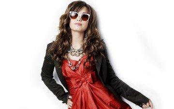девушка, очки, белый фон, певица, гламур, шатенка, деми ловато