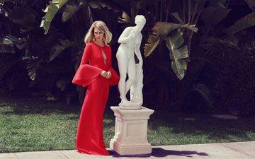девушка, блондинка, статуя, позирует, красное платье, сквер, дженьюари джонс