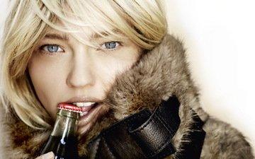 девушка, блондинка, портрет, взгляд, модель, волосы, лицо, голубые глаза, бутылка, мех, кока-кола, саша пивоварова